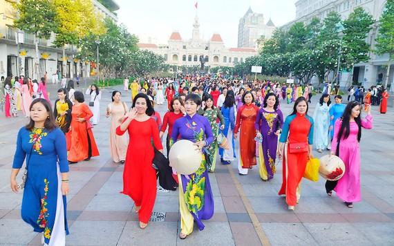Phụ nữ TP thướt tha trong tà áo dài trên phố đi bộ Nguyễn Huệ. Ảnh: CAO THĂNG
