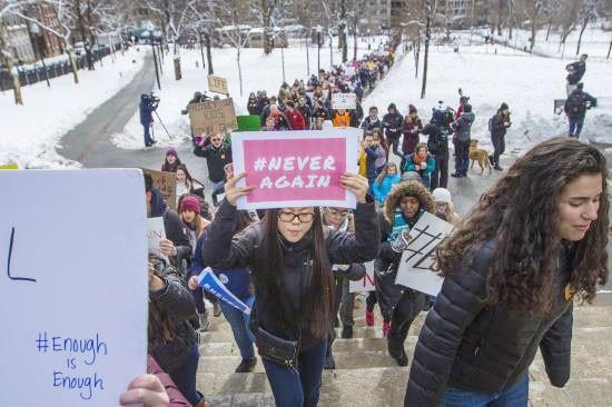 Hàng trăm học sinh tại các trường trung học ở bang Florida, miền Nam nước Mỹ đã lên đường tới Washington để tham gia cuộc biểu tình quy mô lớn phản đối súng đạn. Ảnh: WBUR.ORG