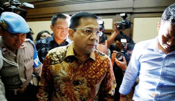 Cảnh sát áp giải cựu Chủ tịch Quốc hội Indonesia Setya Novanto đến Tòa án Jakarta ngày 24-4-2018. REUTERS