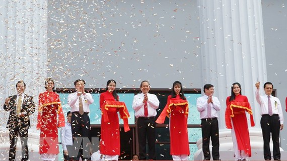 Phó Thủ tướng Trương Hòa Bình và các đồng chí lãnh đạo cắt băng khánh thành công trình. (Ảnh: Thành Chung/TTXVN)