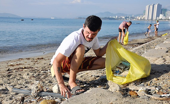 Du khách Nga nhặt rác trên biển Nha Trang
