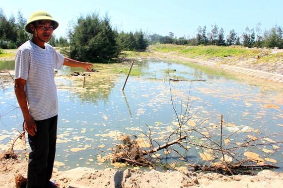 Mặt nước có nhiều lớp váng đục ngầu và rác thải bốc mùi hôi thối nồng nặc