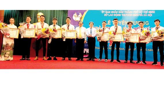 10 thí sinh của TPHCM đoạt Huy chương vàng trong Kỳ thi tay nghề quốc gia năm 2018 nhận bằng khen của UBND TPHCM