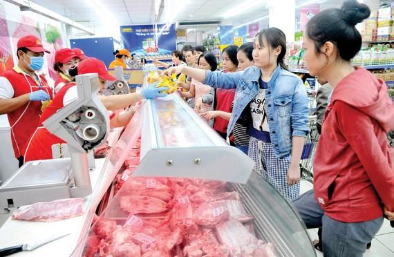 Người tiêu dùng mua thịt heo bình ổn thị trường tại Co.opmart. Ảnh: CAO THĂNG  