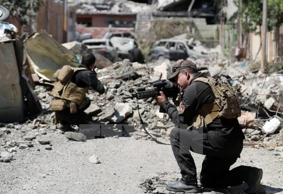 Lực lượng chống khủng bố Iraq tuần tra gần Thành Cổ ở tây Mosul trong chiến dịch giải phóng thành phố này từ IS ngày 3-6. Nguồn: TTXVN
