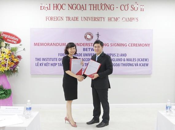 Bà Đặng Thị Mai Trang, Trưởng đại diện ICAEW tại Việt Nam và TS. Phạm Hùng Cường, Trưởng ban QLKH-HTQT Đại học Ngoại thương – Cơ sở II