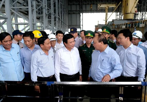 Thủ tướng kiểm tra tình hình hoạt động của cảng nước sâu Sơn Dương. Ảnh: VGP