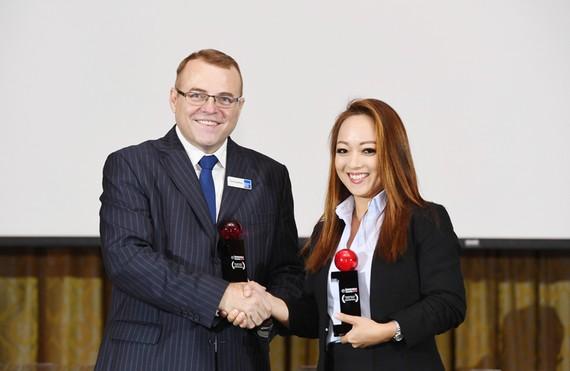 Bà Bùi Minh Mai Khanh – Phó Chủ tịch định phí Chubb Life Việt Nam nhận giải thưởng từ Ban Tổ chức