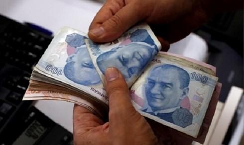 Nhân viên đang đếm lira tại một quầy đổi tiền ở Istabul. Ảnh: Reuters