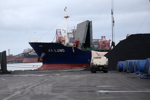Tàu chở hàng Jin Long bị nghi vận chuyển than đá trái phép của Triều Tiên tới Hàn Quốc tại một cảng ở Pohan, cách thủ đô Seoul 374 km về phía đông nam ngày 7-8. Ảnh: YONHAP/TTXVN