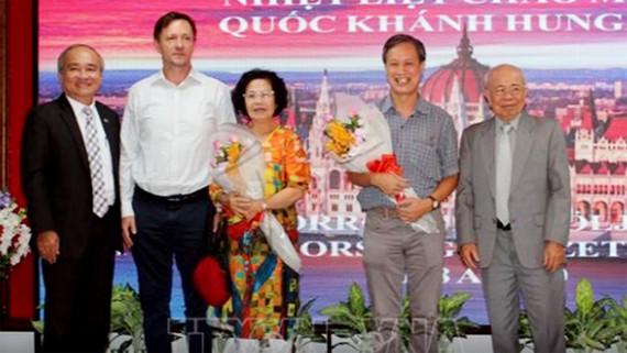 Đại diện hội viên Hội hữu nghị Việt Nam-Hungary Thành phố Hồ Chí Minh chụp ảnh lưu niệm. Ảnh: TTXVN