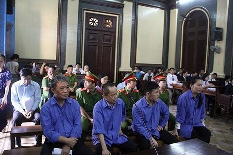 Các cựu lãnh đạo Trustbank trong một phiên toà ở TP.HCM. Ảnh: Intonet