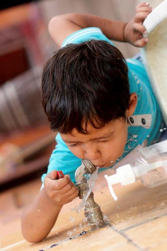 Gần nửa số trường học trên thế giới thiếu nước uống sạch