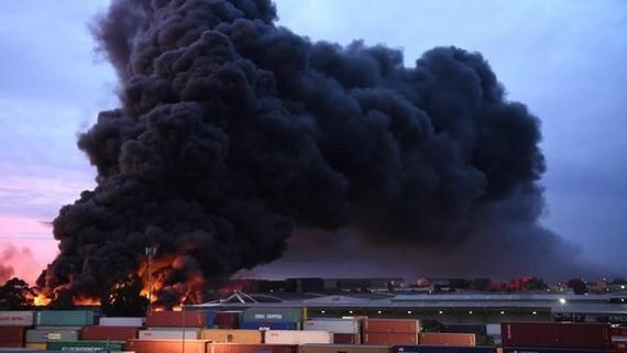 Australia: Cháy nhà máy hóa chất, khói độc đe dọa người dân