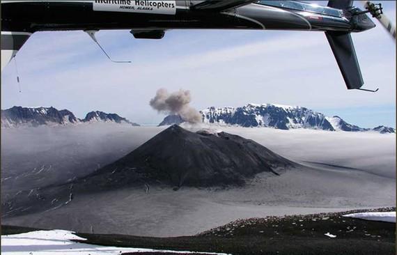 """Núi lửa lớn nhất bang Alaska """"thức giấc"""""""
