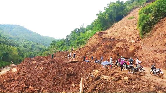 Quốc lộ 15C đoạn qua xã Pù Nhi (huyện Mường Lát, Thanh Hóa) bị sạt lở nặng vẫn chưa thông tuyến