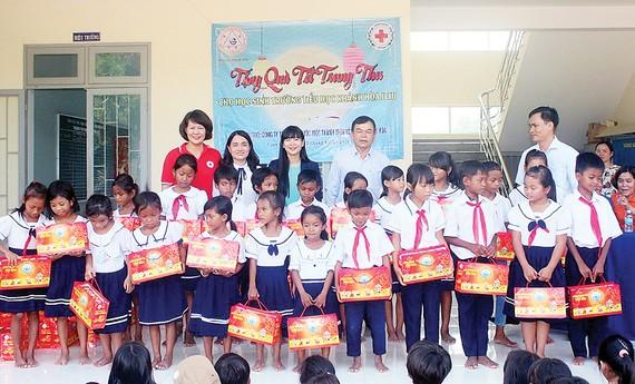 Trao hơn 300 suất quà Trung thu và hỗ trợ 2 địa chỉ nhân đạo tại Cam Lâm