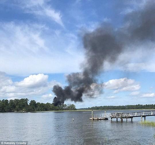 Khói đen nghi ngút bốc lên từ hiện trường chiến đấu cơ tàng hình F-35 rơi. Ảnh: Daily Mail
