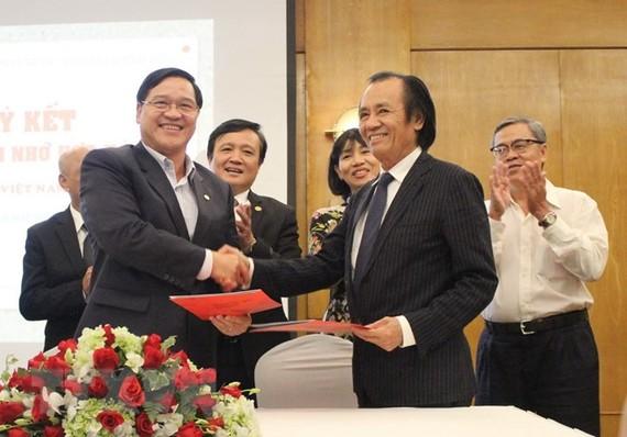 Đại diện Hiệp hội Doanh nhân người Việt Nam ở nước ngoài và Hiệp hội Doanh nghiệp TP Hồ Chí Minh ký kết biên bản ghi nhớ hợp tác. Ảnh: TTXVN