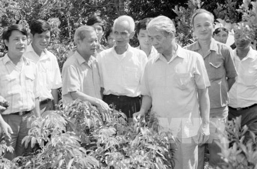 Tổng Bí thư Đỗ Mười thăm một hộ làm kinh tế giỏi ở thị trấn Chũ, huyện Lục Ngạn, tỉnh Bắc Giang (tháng 9/1994). Ảnh: TTXVN