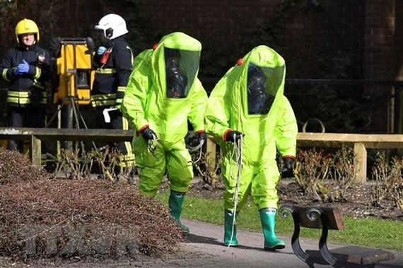 Nhân viên cơ quan dịch vụ khẩn cấp Anh điều tra tại hiện trường một vụ tấn công nghi sử dụng chất độc thần kinh ở Salisbury ngày 4-3-2018.