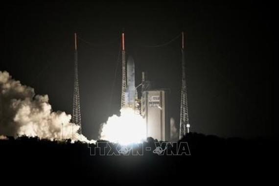 Tên lửa đẩy Ariane 5 mang theo hai tàu thăm dò tự hành của châu Âu và Nhật Bản rời bệ phóng tại trung tâm vũ trụ Kourou ở Guiana thuộc Pháp ngày 19-10-2018. Ảnh: Kyodo/TTXVN