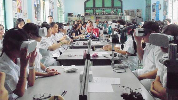 Một tiết học tại phòng học STEM với kính thực tế ảo  của học sinh khối 7 Trường THCS Lê Quý Đôn (quận 3)