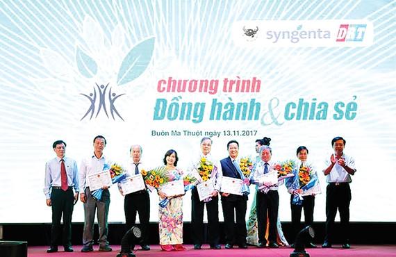 Ông Ngô Văn Đông - Tổng Giám đốc Bình Điền (bìa phải) tri ân các nhà khoa học đầu ngành của chương trình