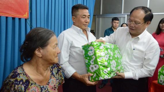 Phó Bí thư Thường trực Thành ủy TPHCM Tất Thành Cang trao quà cho người dân tại ngày hội Đại đoàn kết toàn dân tộc khu phố 10, phường 14, quận 10