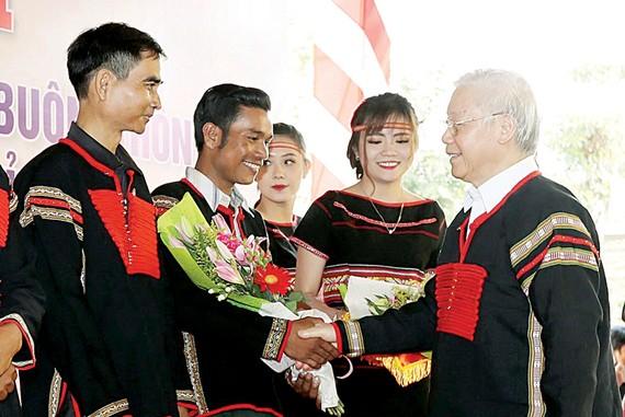 Tổng Bí thư, Chủ tịch nước Nguyễn Phú Trọng tặng quà cho các buôn, thôn xã Dur Kmăl, huyện Krông Ana. Ảnh: TTXVN