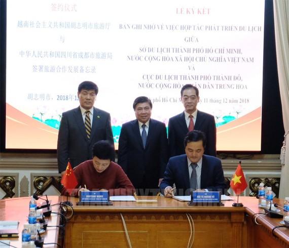 Chủ tịch UBND TPHCM Nguyễn Thành Phong chứng kiến lễ ký kết về việc hợp tác phát triển du lịch giữa Sở Du lịch TPHCM và Cục Du lịch TP Thành Đô. Ảnh: hcmcpv