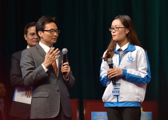 Phó Thủ tướng Vũ Đức Đam nói chuyện với sinh viên Phan Thị Quỳnh Trang. Ảnh: VGP