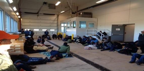 Người di cư trong trại ở bang New Mexico, nơi bé gái 7 tuổi người Guatemala Jakelin Caal Maquin đã bị giam giữ cùng cha sau khi vượt biên giới từ Mexico vào Mỹ. Ảnh do Hải quan và Biên phòng Mỹ (CBP) công bố.
