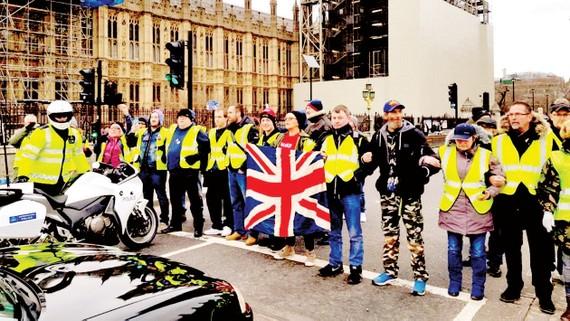 Những người Áo vàng biểu tình ở London, Anh