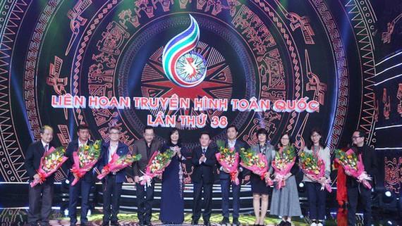 Bà Nguyễn Thị Thu Hiền, Phó TGĐ Đài THVN và ông Phan Văn Đa, Phó Chủ tịch UBND tỉnh Lâm Đồng tặng hoa đại diện Ban Giám khảo ở 9 thể loại. Ảnh: VTV