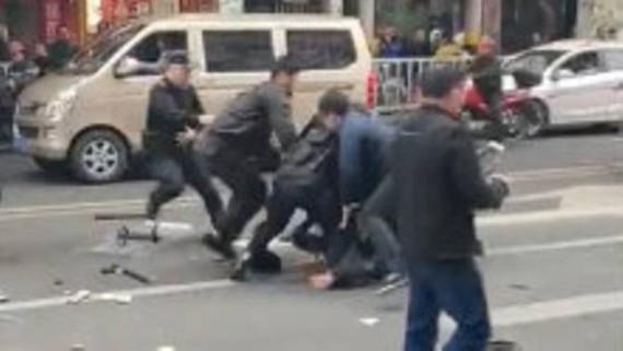 Hình ảnh từ một video trên mạng cho thấy cảnh sát bắt kẻ tấn công bằng xe buýt ở tỉnh Phúc Kiến, Trung Quốc, ngày 25-12-2018