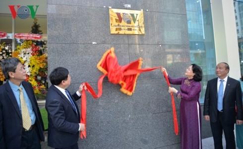 Phó Chủ tịch nước Đặng Thị Ngọc Thịnh và Tổng Giám đốc VOV Nguyễn Thế Kỷ cùng thực hiện nghi lễ đưa trụ sở mới của VOV tại TPHCM vào hoạt động. Ảnh: VOV