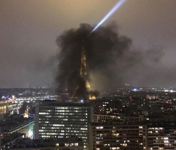Tháp Eiffel, biểu tượng của nước Pháp mù mịt khói đen.