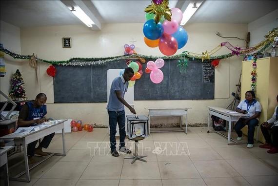 Cử tri bỏ phiếu tại một điểm bầu cử ở Goma, CHDC Congo, ngày 30-12-2018. Ảnh: TTXVN