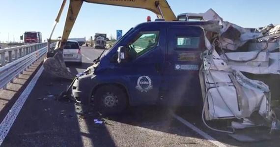 Dùng máy xúc cướp 2,3 triệu USD trên đường cao tốc