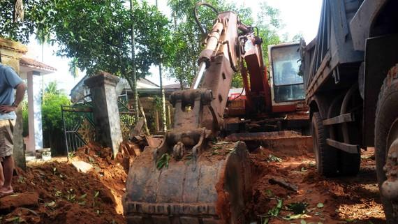 Hiện trường vụ nổ tại khu vực dân cư khiến 1 người chết và khoảng 10 ngôi nhà bị hư hỏng. Ảnh: NGỌC OAI