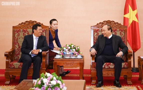 Thủ tướng Nguyễn Xuân Phúc tiếp Thống đốc Ngân hàng CHDCND Lào Sonexay Sitphayxay. Ảnh: VGP