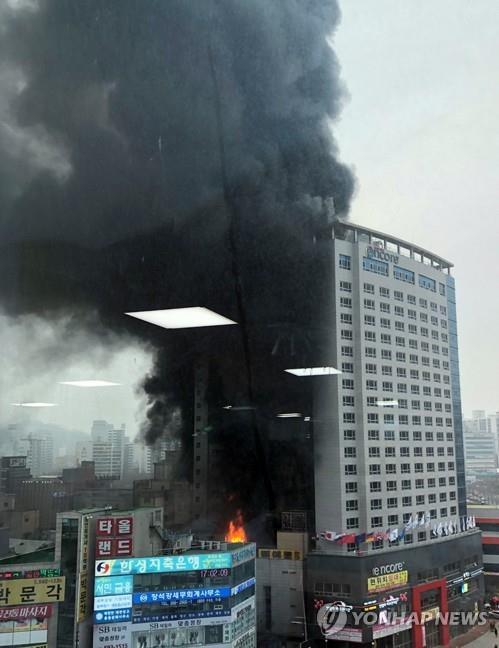 Khói đen bốc lên từ khách sạn Ramada Encore Cheonan ở Cheonan, tỉnh Nam Chungcheong, Hàn Quốc, bị cháy ngày 14-1-2019. Ảnh: YONHAP