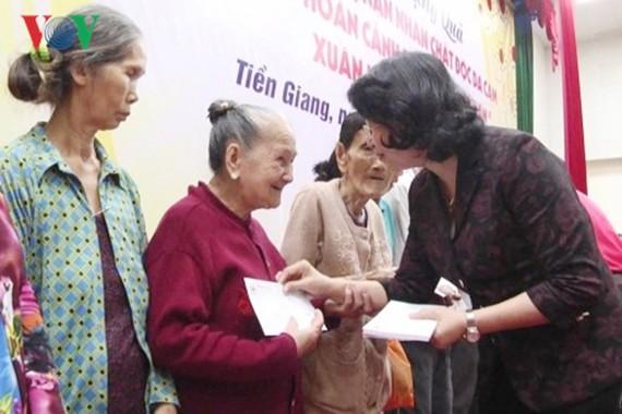 Phó Chủ tịch nước Đặng Thị Ngọc Thịnh tặng quà Tết cho các gia đình chính sách ở tỉnh Tiền Giang. Ảnh: VOV