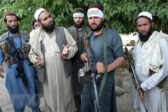 Các tay súng Taliban tại khu vực ngoại ô Jalalabad, tỉnh Nangarhar, Afghanistan, ngày 16-6-2018.