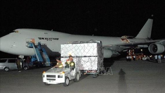 Máy bay chở hàng viện trợ tới sân bay Bình Nhưỡng, Triều Tiên.