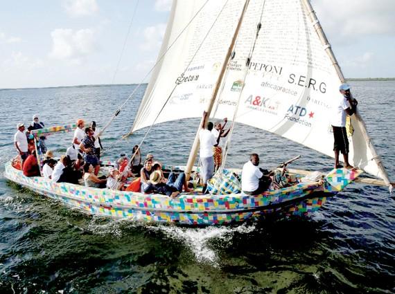 Thuyền buồm làm bằng… chất thải nhựa