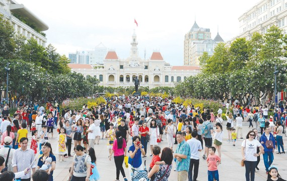Người dân vui chơi ở phố đi bộ Nguyễn Huệ. Ảnh: VIỆT DŨNG