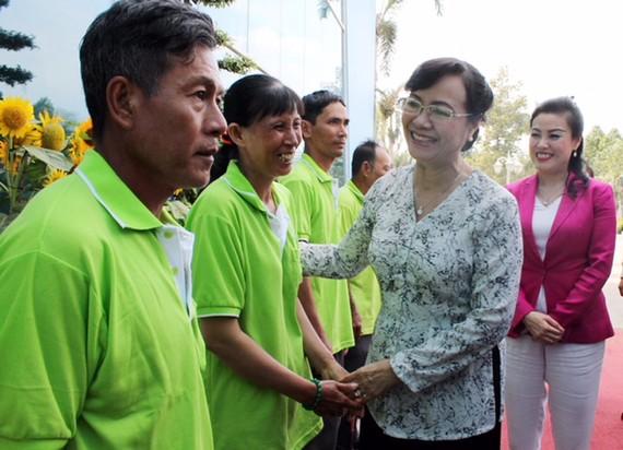 Bà Nguyễn Thị Quyết Tâm - nguyên Chủ tịch HĐND TPHCM thăm hỏi người lao động ở Khu liên hợp xử lý chất thải Đa Phước.