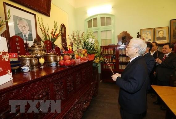 Tổng Bí thư, Chủ tịch nước Nguyễn Phú Trọng thắp hương tưởng niệm nguyên Tổng Bí thư Lê Duẩn. Ảnh: TTXVN